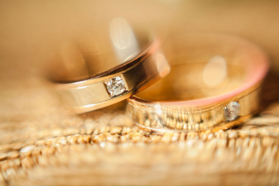 the-wedding-rings-close-up-P6DNNDT.jpg